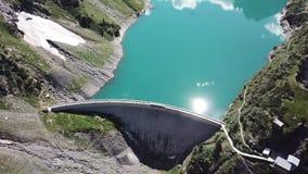 Opinião aérea do zangão do lago Barbellino um lago artificial alpino e a montanha em torno dela Cumes italianos Italy filme