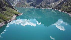 Opinião aérea do zangão do lago Barbellino um lago artificial alpino e a montanha em torno dela Cumes italianos Italy vídeos de arquivo