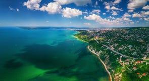 Opinião aérea do zangão do mar e da costa acima de Varna, Bulgária Beauti imagens de stock