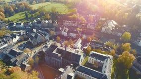 A opinião aérea do zangão na vila pequena histórica nomeou Kornelimuenster em um dia ensolarado brilhante filme