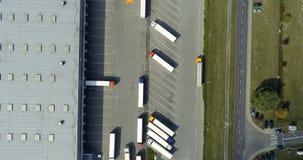 Opinião aérea do zangão no armazém e no centro logístico vídeos de arquivo