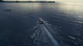 Opinião aérea do zangão O barco da velocidade para o turismo vai no oceano Inclinação da câmera ao horizonte video estoque