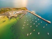 Opinião aérea do zangão o cais e o yacht club de Mornington com amarrado Imagens de Stock Royalty Free