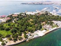 Opinião aérea do zangão do parque de Fenerbahce no beira-mar de Kadikoy/Istambul fotos de stock