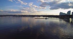 Opinião aérea do zangão do Scow da barca no por do sol de Dnepr Dnipro Kiev Ucrânia do rio video estoque
