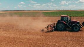 Opinião aérea do zangão do tracor vermelho que trabalha no campo de trigo Agricultura e ambiente na União Europeia filme