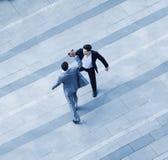 Opinião aérea dois homens de negócios que dão-se uns cinco altos no passeio imagens de stock