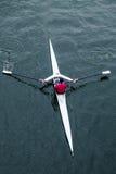 Opinião aérea a fêmea na camisa vermelha que enfileira o barco do único assento Fotografia de Stock Royalty Free