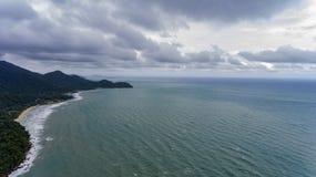 Opinião aérea Koh Chang, Tailândia com praia e água fotos de stock royalty free