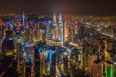 Opinião aérea Kuala Lumpur Downtown, Malásia Distrito e centros de negócios financeiros na cidade urbana esperta em Ásia Arranha- foto de stock
