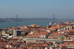 Opinião aérea Lisboa e 25a April Bridge do Sao Jorge Castle, Portugal Imagem de Stock Royalty Free