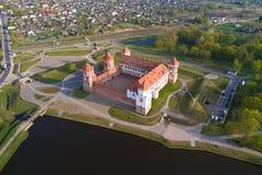 Opinião aérea Mir Castle, manhã de abril belarus fotos de stock