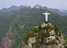 Opinião aérea a montanha e o Cristo de Corcovado o Redemeer no Rio Foto de Stock