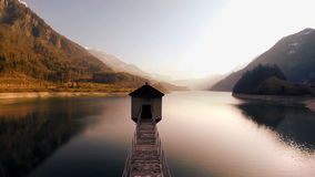 Opinião aérea a mosca longa da paisagem do panorama do lago da estrada da ponte sobre vídeos de arquivo