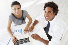 Opinião aérea a mulher de negócios And Businessman Working na mesa junto fotografia de stock