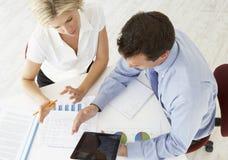 Opinião aérea a mulher de negócios And Businessman Working na mesa T fotografia de stock royalty free