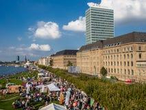 Opinião aérea a multidão de povos durante o feriado nacional do cume em Dusseldorf, Alemanha Fotografia de Stock