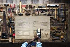 Opinião aérea o artesão do carpinteiro com plano de esboço da mobília imagem de stock royalty free