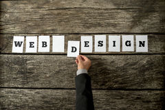 Opinião aérea o desenhista da Web que monta um sinal do design web imagem de stock