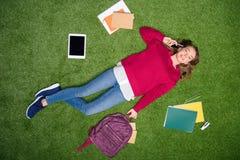opinião aérea o estudante novo que fala no smartphone ao descansar fotos de stock