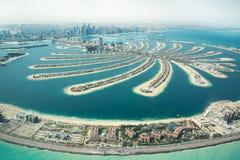 A opinião aérea o homem de Jumeirah da palma fez a ilha foto de stock