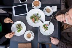 opinião aérea o homem e a mulher que têm o jantar junto foto de stock