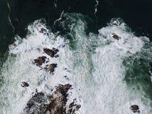 Opinião aérea o Oceano Pacífico e o Rocky Coast em Califórnia Imagens de Stock Royalty Free