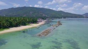 Opinião aérea o pescador Village com muitos barcos de pesca tradicionais entrados pela costa de mar em Tailândia vídeos de arquivo