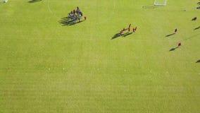 Opinião aérea os atletas que jogam o futebol no treinamento Treinamento exterior filme