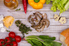 Opinião aérea os camarões, espinafres, pimenta de Bell, cereja do tomate, pão, alho, tomilho, Olive Oil, vidro do vinho branco, d Fotos de Stock Royalty Free