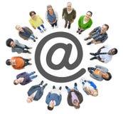Opinião aérea os povos multi-étnicos que formam o círculo e '' no símbolo Fotos de Stock
