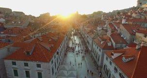 Opinião aérea os turistas que andam em Stradun no por do sol video estoque