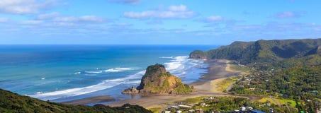Opinião aérea a praia de Piha e o Lion Rock, região de Auckland, Nova Zelândia foto de stock