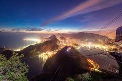 Opinião aérea Rio de janeiro Coast com a montanha na noite - Rio de janeiro de Copacabana, de Urca e de Corcovado, Brasil fotos de stock royalty free