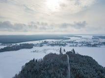 Opinião aérea rural do inverno Paisagem com campos, vila, floresta Fotografia de Stock