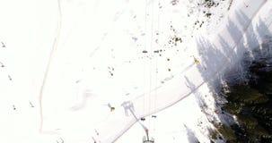 Opinião aérea Ski Resort nas montanhas no inverno Configuração lisa vídeos de arquivo