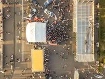 A opinião aérea superior os povos aglomera-se no verão favoravelmente imagens de stock royalty free