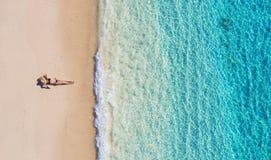 Opinião aérea uma menina na praia em Bali, Indonésia F?rias e aventura ?gua da praia e da turquesa Vista superior do zangão em b fotos de stock royalty free