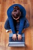 Opinião aérea uma mulher que usa um portátil. fotografia de stock