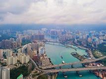 Opinião aérea Victoria Harbour, Hong Kong Downtown, a República da China Distrito e centros de negócios financeiros na cidade esp fotos de stock