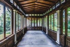 Opinião abandonada da varanda através do conservatório Fotos de Stock