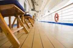 Opinião abstrata da plataforma do navio de cruzeiros luxuoso do passageiro Fotos de Stock