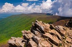 Opinião adiantada da mola Ridge Mountains azul da soma de Hawksbill fotos de stock royalty free