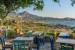Opinião agradável da montanha e da praia da Creta, sob o sol Imagem de Stock