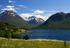 Opinião agradável da montanha e do mar em Noruega Imagens de Stock Royalty Free