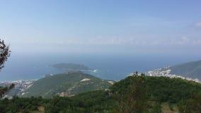Opinião agradável da montanha e do mar Kotor Montenegro Balcãs Céu azul com nuvens, montes verdes Fundo da paisagem da natureza video estoque