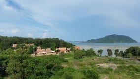 Opinião agradável de Phuket do hotel Baía de Chalong Foto de Stock