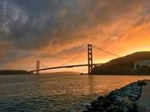 Opinião agradável do por do sol na frente de golden gate bridge imagens de stock royalty free