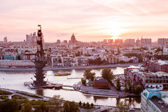 Opinião airial do por do sol de Moscou com o rio de Moskva e o monumento a Peter o grande primeiro plano Imagem de Stock Royalty Free