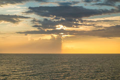 Opinião amarela do céu e do mar fotos de stock royalty free